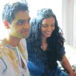 Brudparet, nagot grisiga efter indisk tradition